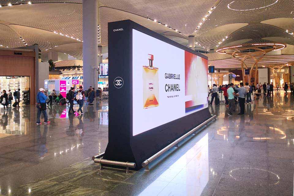 ledasdo_indoor_ic_mekan_p2.5_istanbul_havalimanı_airport_led_ekran_gabrielle_chanel_reklam